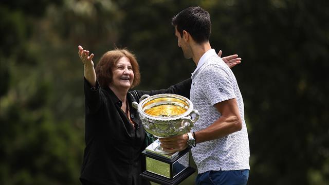 76-летняя болельщица проникла на фотосессию Джоковича с трофеем AO, чтобы поздравить теннисиста