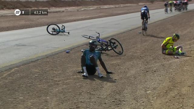 В Саудовской Аравии мощный ветер сдул велогонщиков с трассы и спровоцировал аварию