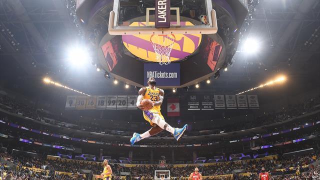 35 ans, 17 saisons en NBA et LeBron claque encore un dunk extraordinaire