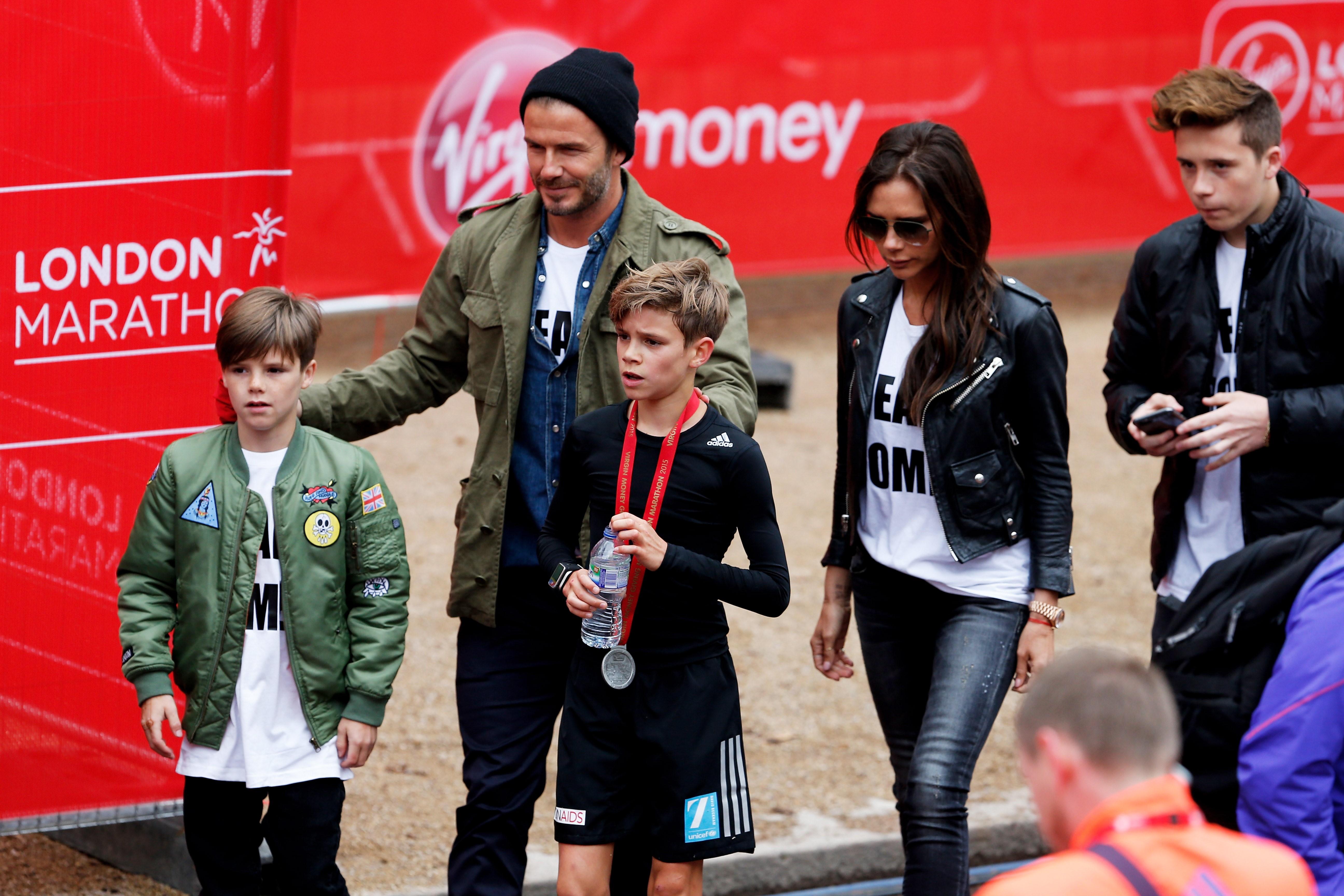 Дэвид Бекхэм, Виктория Бекхэм и их дети слева направо: Круз, Ромео и Бруклин