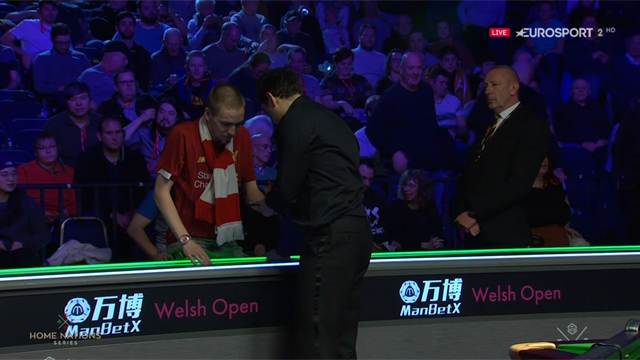 Grande dentro y fuera de la mesa: Ronnie accede a los octavos y firma a un aficionado del Liverpool