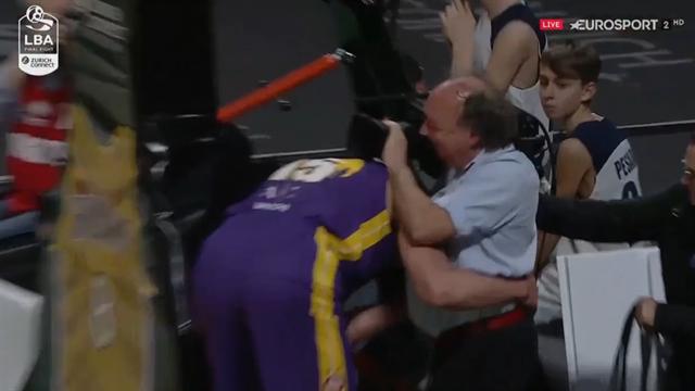 La giornata no del cameraman: colpito da Tarczewski e Tonut