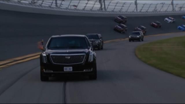 Trump se da una vuelta con su coche oficial por el circuito de Daytona