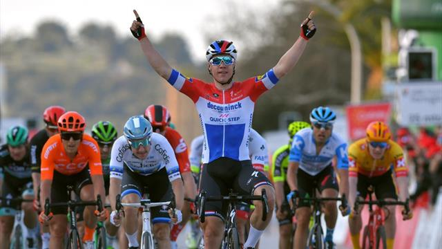 Jakobsen beats out Viviani in 'unbelievable' sprint