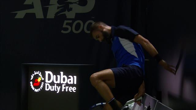 Пэр сошел с ума: пробил ногой рекламный щит и застрял в нем после проигранного очка в матче с Гаске