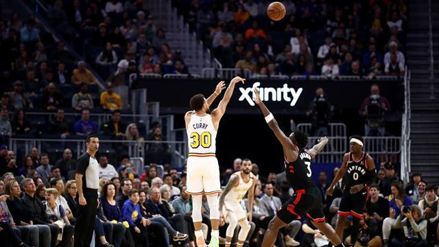Passe dans le dos, shoot en déséquilibre, trois points avec la faute... Curry a fait du Curry