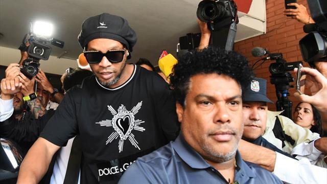 Faux passeport : Ronaldinho reste en détention au Paraguay