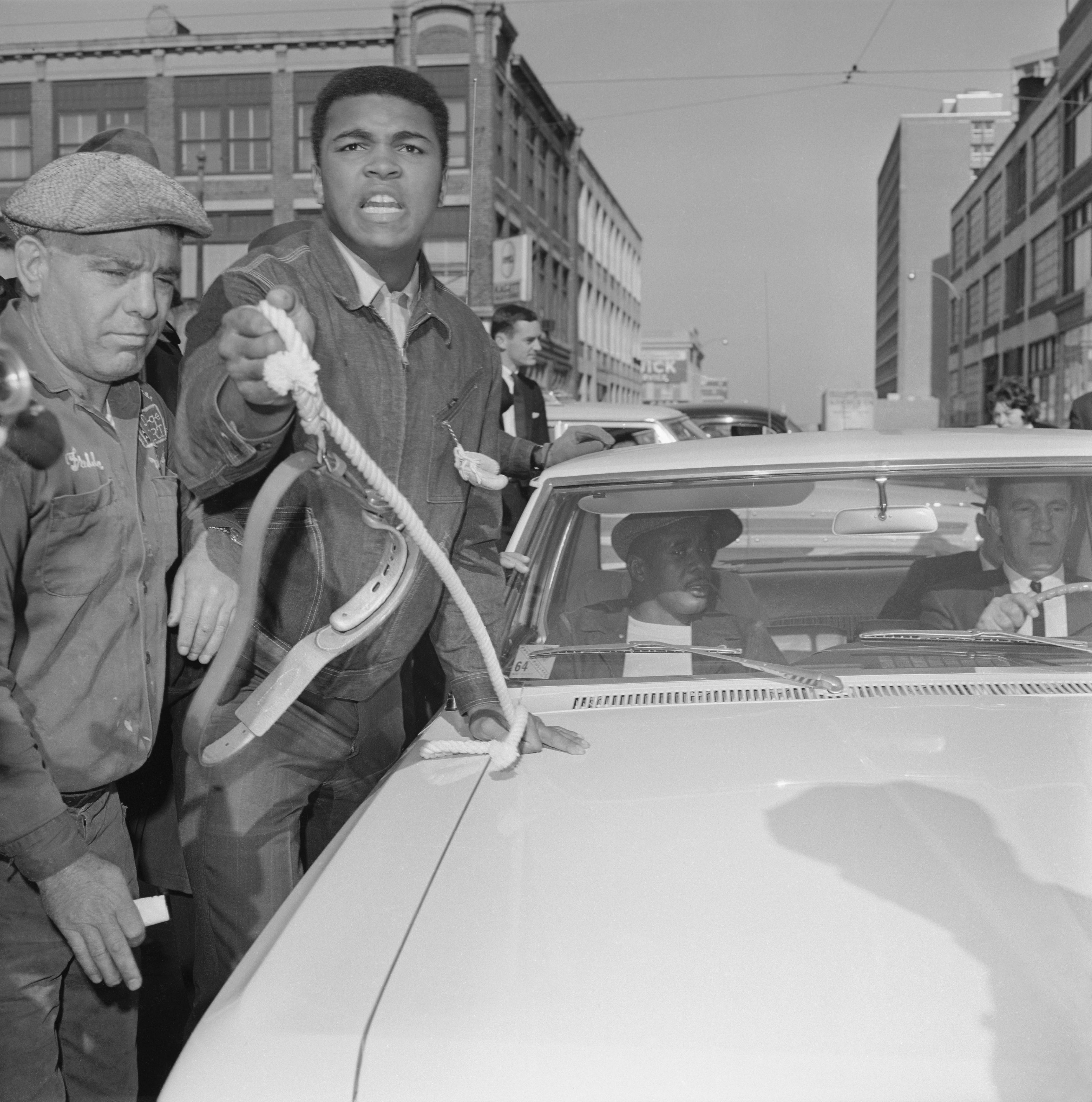 Ali devant la voiture de Liston
