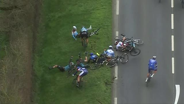 Суровый завал на третьем этапе «Париж – Ницца», после которого не все гонщики поднялись с земли