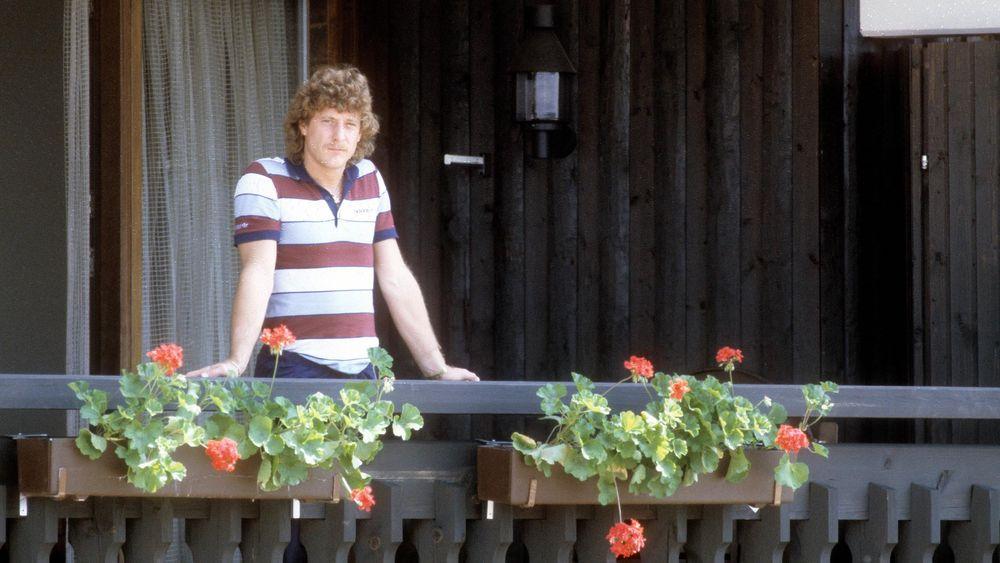Harald Schumacher dubitatif au balcon de sa chambre lors de la préparation sur les bords du lac de Schluch.