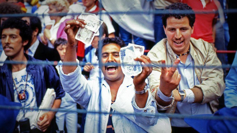 Bras d'honneur et billets de banque sortis : la colère des supporters algériens pendant le match Allemagne - Autriche.