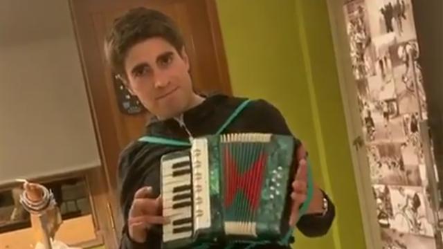 Mikel Landa revela su talento oculto... ¡con el acordeón!