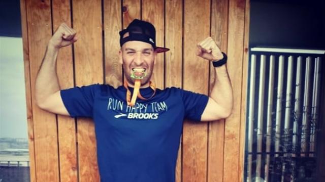 Marathon auf dem Balkon: Läufer trotzt Ausgangssperre
