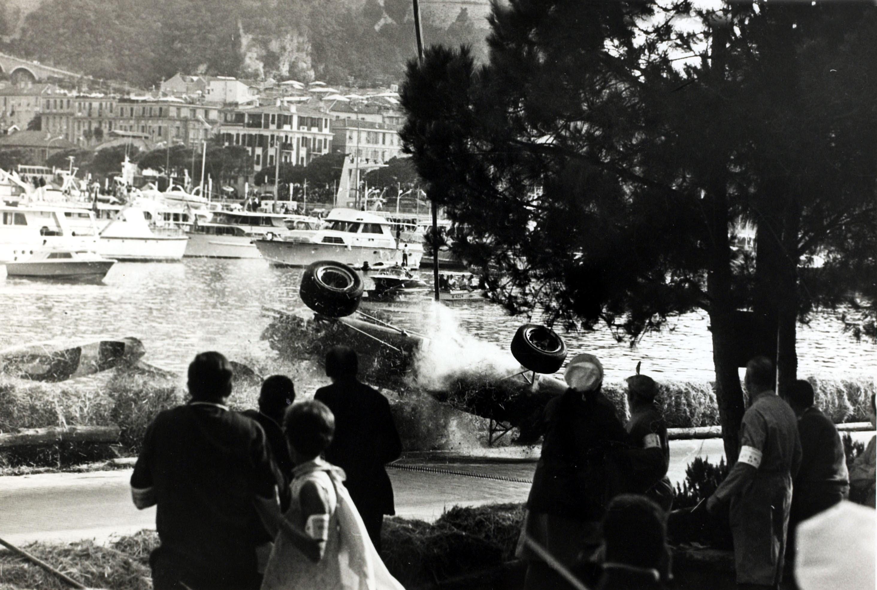 L'accident de Lorenzo Bandini à Monaco en 1967 : sa Ferrari retournée va devenir un brasier