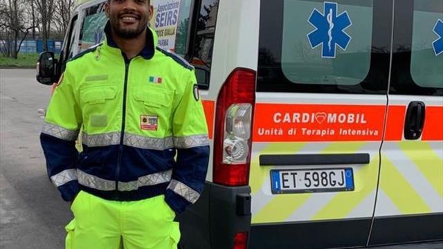 Un jucător italian de rugby lucrează ture de 13 ore ca șofer de ambulanță în perioada pandemiei