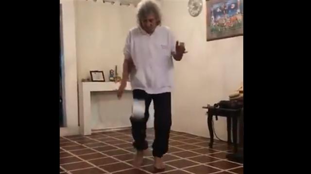 El mítico Mágico González se pasa 'el reto' de los toques con papel higiénico