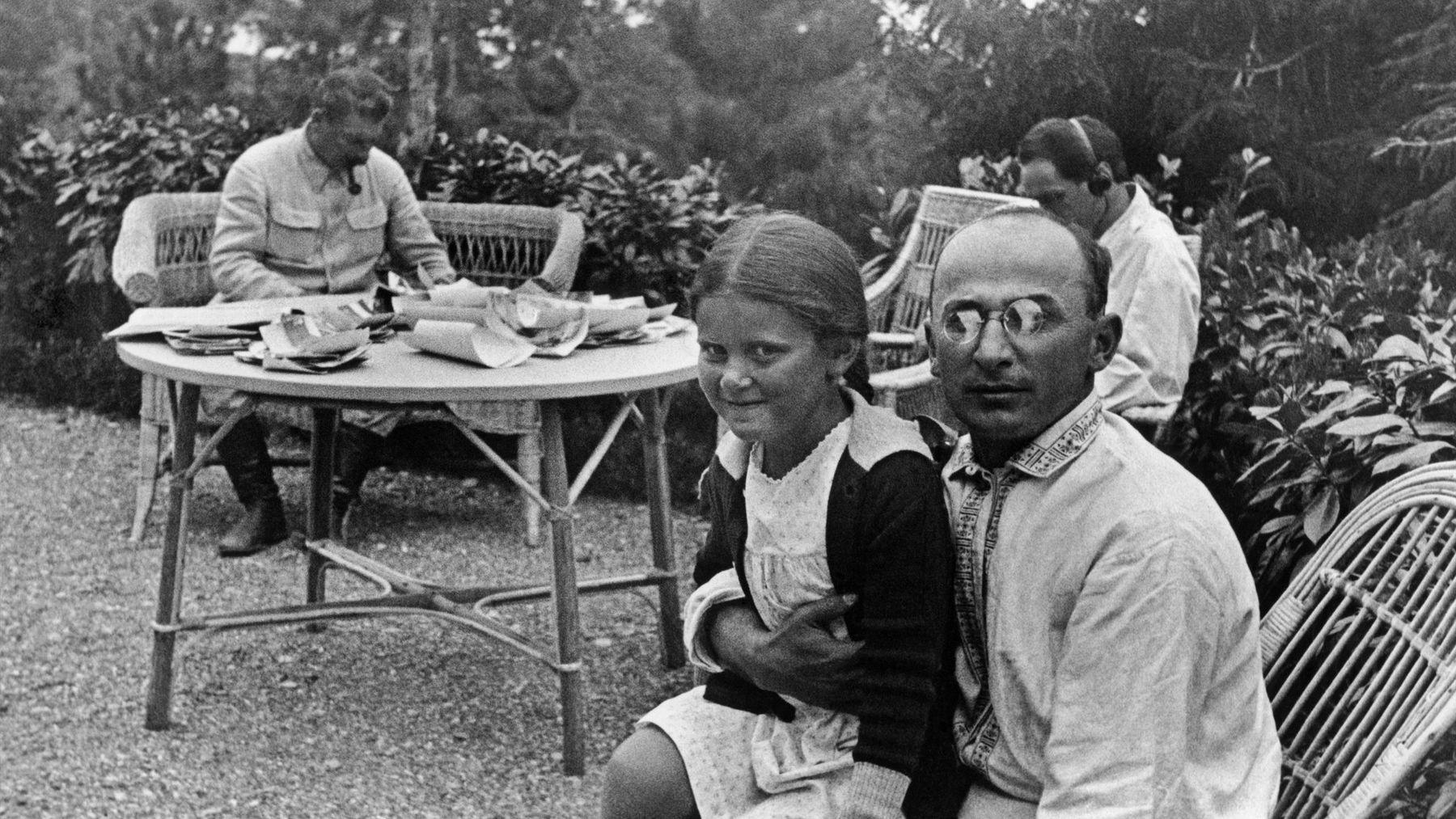 Лаврентий Берия на даче Иосифа Сталина. Фото с дочерью вождя Светланой