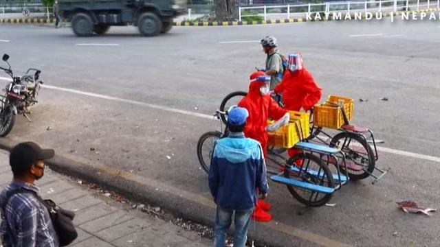 Ciclismo solidario: reparten comida en bicicleta a los más necesitados en Nepal