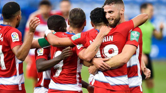 Los futbolistas del Granada celebran uno de los goles ante el Alavés