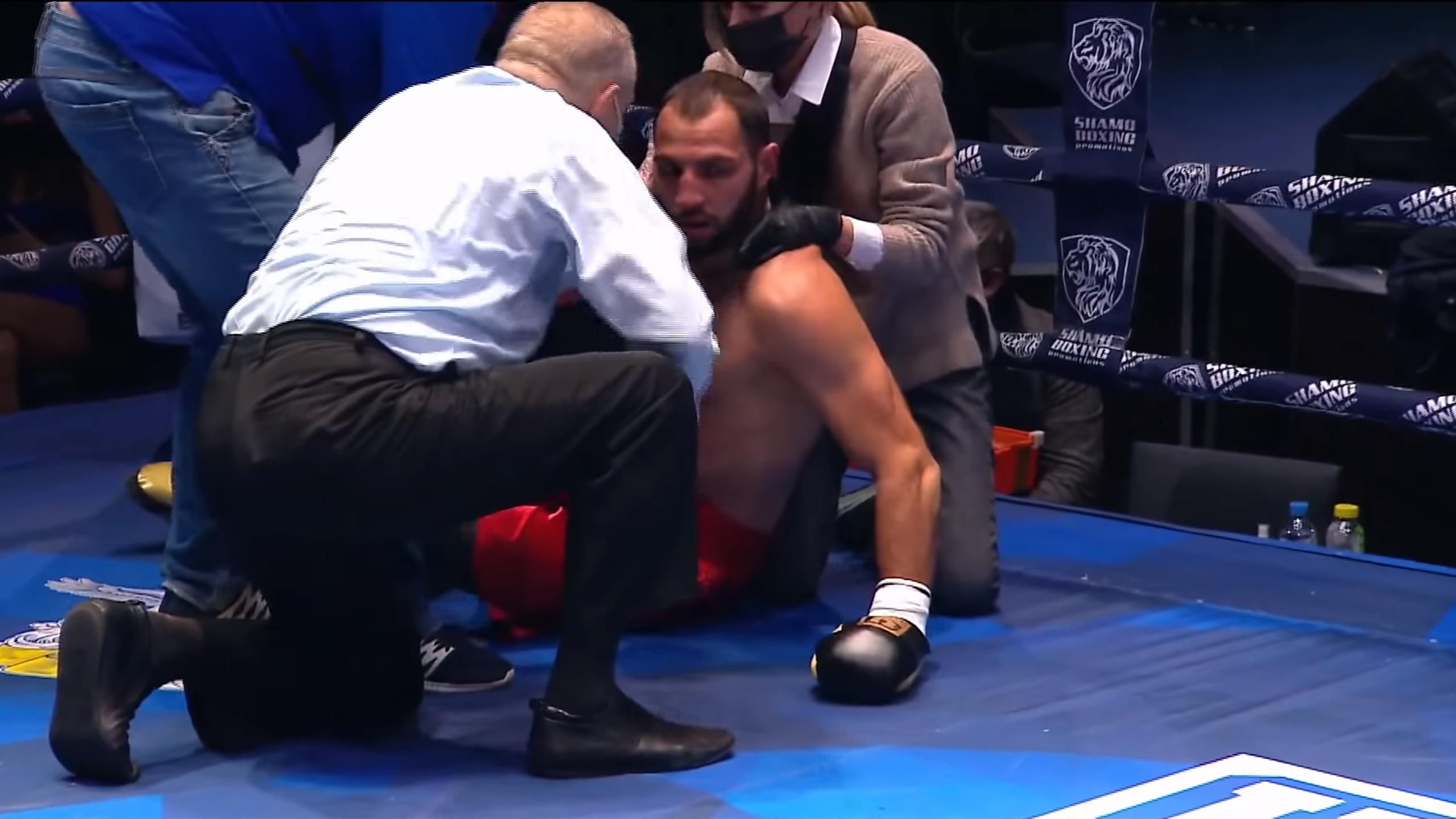 Боксера госпитализировали без сознания после тяжелейшего нокаута