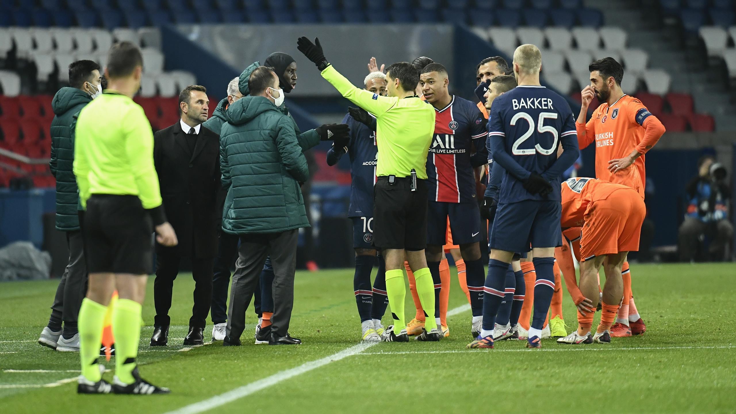 L'arbitre de PSG-Basaksehir, accusé de racisme, suspendu jusqu'à la fin de la saison - Eurosport FR