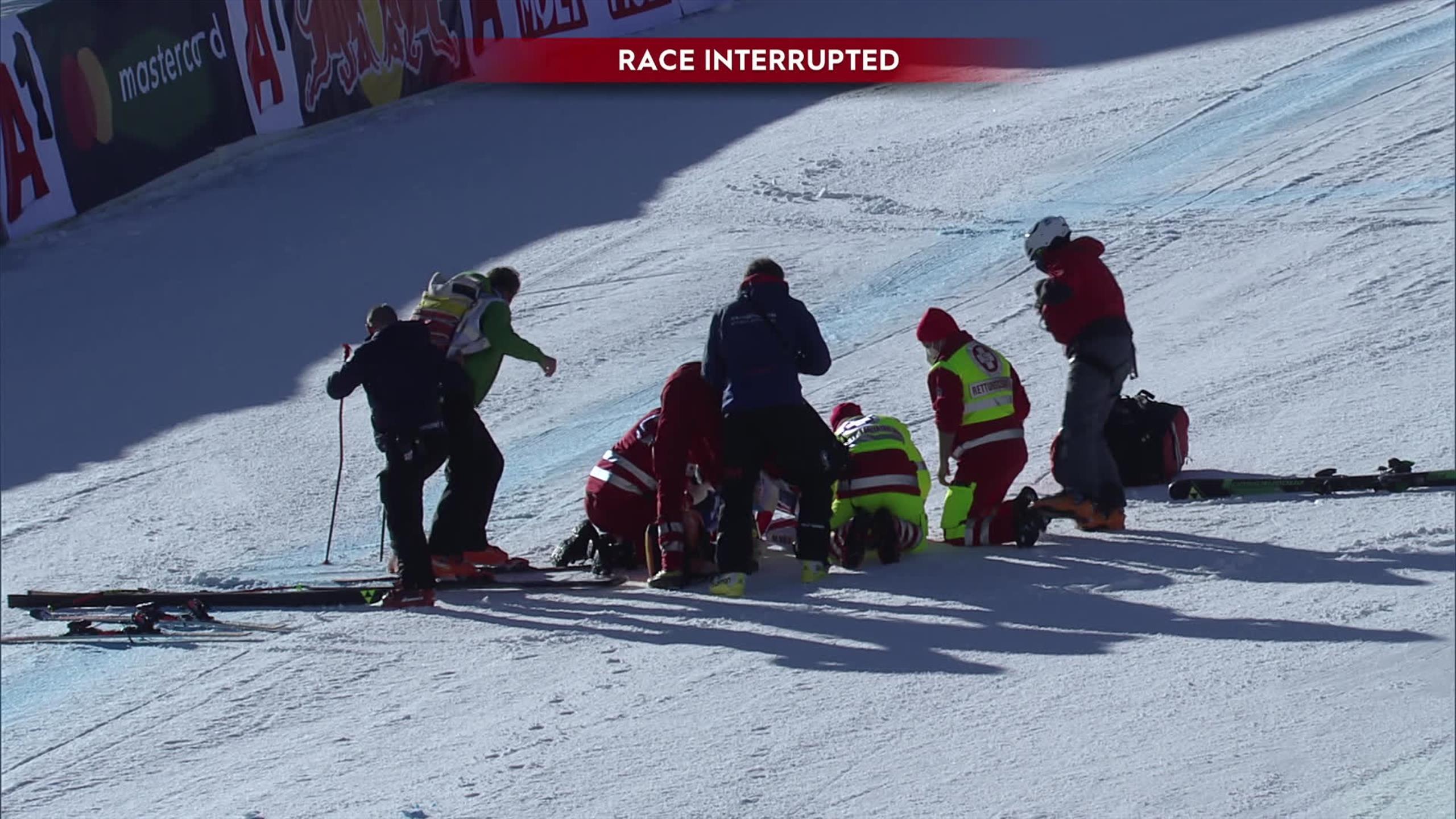 Лыжник финишировал, упав на шею. Его забрали с трассы на вертолете