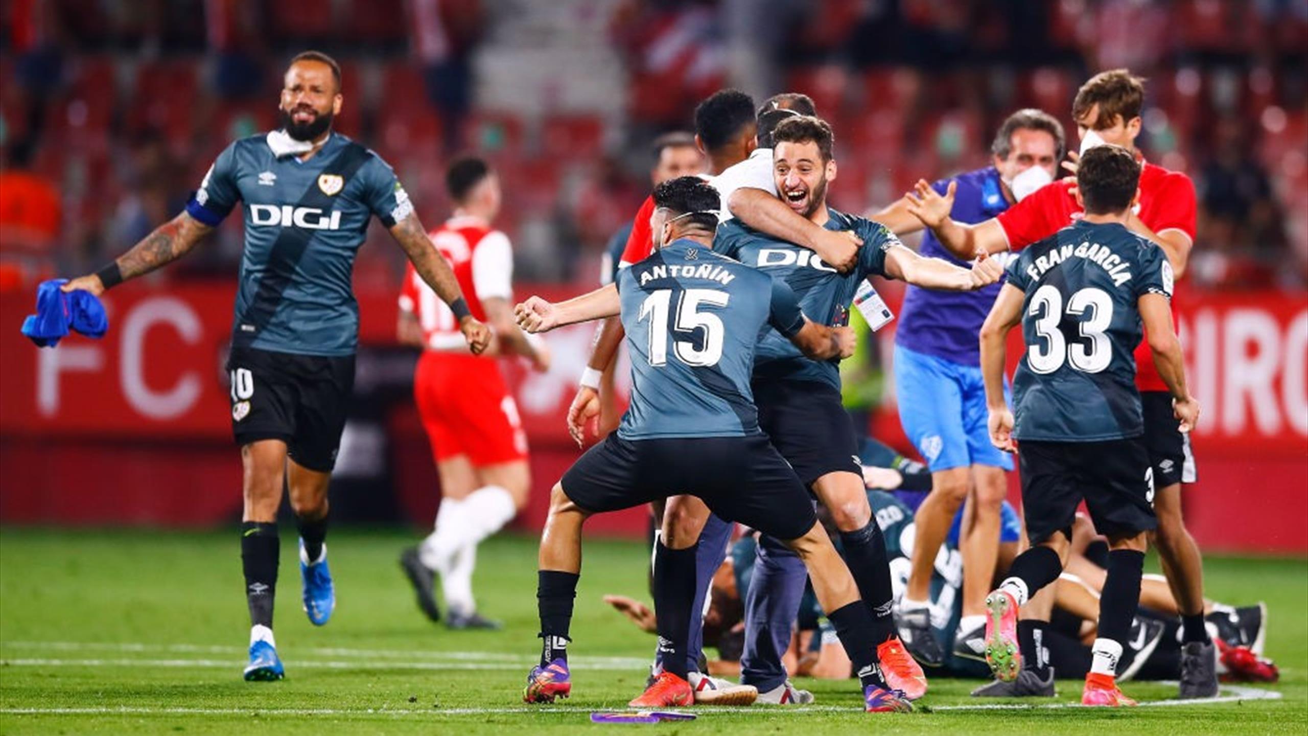 Heróico ascenso del Rayo tras remontar en Girona y acabar con diez jugadores