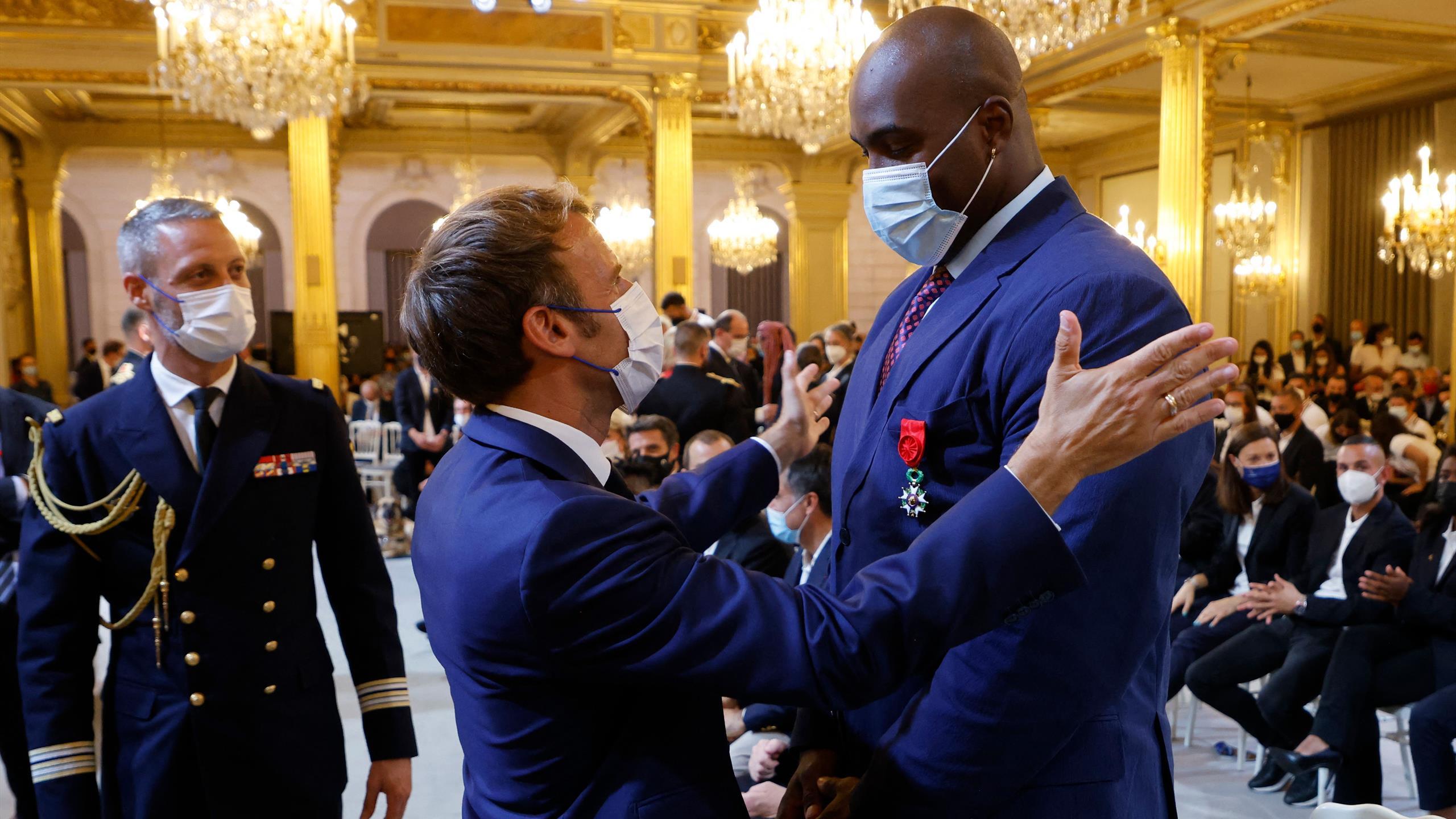 """Macron a décoré les médaillés de Tokyo et vise le """"Top 5"""" lors de Paris 2024"""