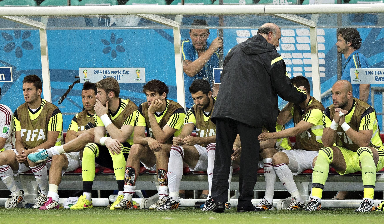 Salvador 13 06 2014 Arena Fonte Nova Trainer Vicente del Bosque Spanien tröstet Javi Martinez